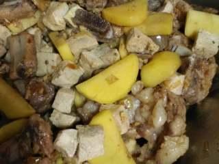 东北杀猪菜之一,再把土豆和冻豆腐放里翻炒,粘上酱油和豆油就行了!