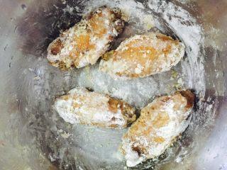 香酥鸡翅,因为有汁,面粉裹上薄薄一层即可!