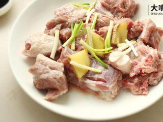 荷叶糯香排骨丨大嘴螺,取葱白姜片放入,能祛除腥味