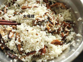 荷叶糯香排骨丨大嘴螺,将泡好的糯米沥水后和炒好的香菇丝混合搅拌