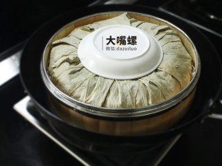 荷叶糯香排骨丨大嘴螺,放入炉灶中,中小火蒸 1个小时左右即可
