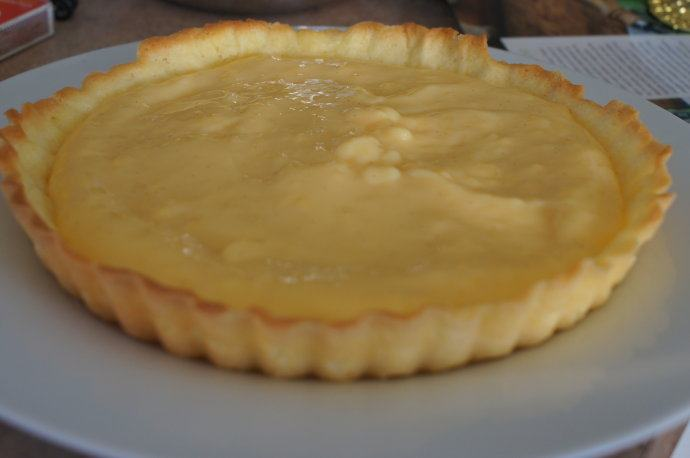 感恩季——小能量卡仕达奇异果挞,将酥皮轻轻脱模。把准备好的卡仕达酱倒入酥皮,用勺子轻轻抚平。