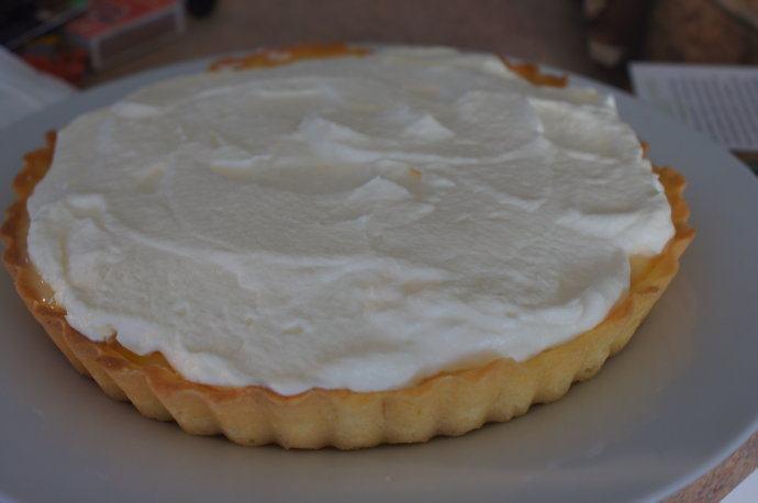 感恩季——小能量卡仕达奇异果挞,打发鲜奶油至8分状,在卡仕达酱上铺好打发鲜奶油。