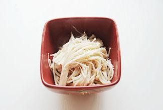 惹人口水直流的酸爽【酸汤肥牛】 ,锅内烧开水,加入盐放入金针菇煮开,保持沸腾1分钟,捞出控水铺在碗底;