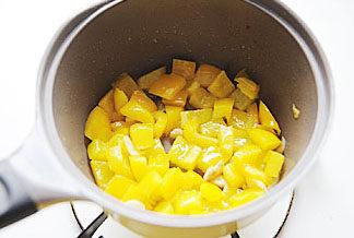 惹人口水直流的酸爽【酸汤肥牛】 ,加入黄色菜椒块,中火将其炒软;