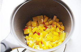 惹人口水直流的酸爽【酸汤肥牛】 ,加入红剁椒继续炒,炒至油变黄,加入盐和糖炒匀;