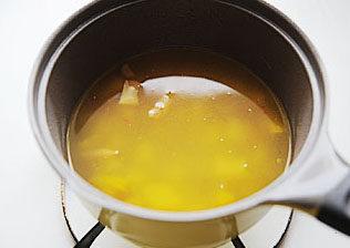 惹人口水直流的酸爽【酸汤肥牛】 ,加入清水,大火煮开转中小火,盖盖子煮15-30分钟,将汤汁煮成黄色;