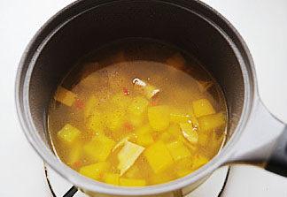 惹人口水直流的酸爽【酸汤肥牛】 ,汤汁变黄后关火,趁热加入白胡椒粉和白醋,将汤汁过滤,只取汤汁浇在铺了金针菇和肥牛卷的碗中;