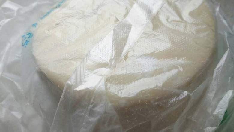 北瓜鸡蛋馅饺子,加温水和面,幹成面皮,(我是买的现成的饺子皮)