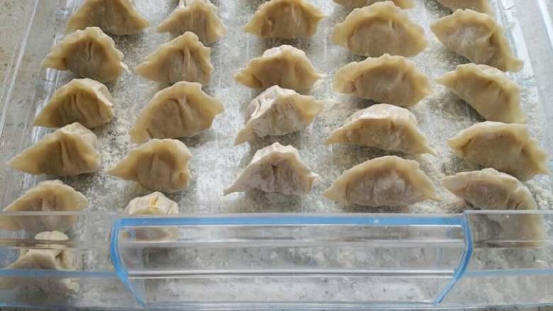 北瓜鸡蛋馅饺子,包好后下开水锅里煮,(锅里加盐煮饺子不容易坏)煮三滚,(肚子朝上就是熟了),素饺子一般好熟。