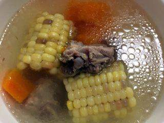 #胡萝卜排骨玉米汤#