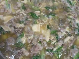 羊肉羊杂汤,把羊肉汤倒到炒好的羊杂里,一起煮开