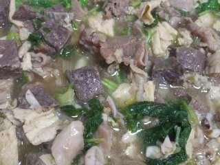 羊肉羊杂汤,粉丝熟了洒香菜出锅