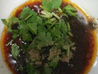 羊肉羊杂汤,调一碗料汁,酱油醋麻油香油辣椒油胡椒粉香菜