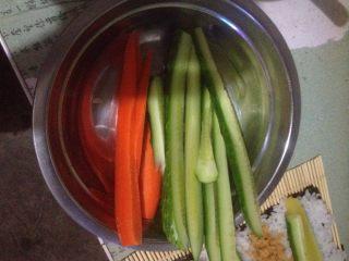 肉松寿司,将黄瓜、胡萝卜切条备用!