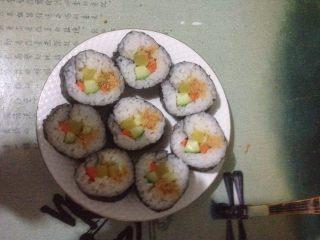 肉松寿司,慢慢卷起并拉紧!用刀均匀切开,装盘即可食用!
