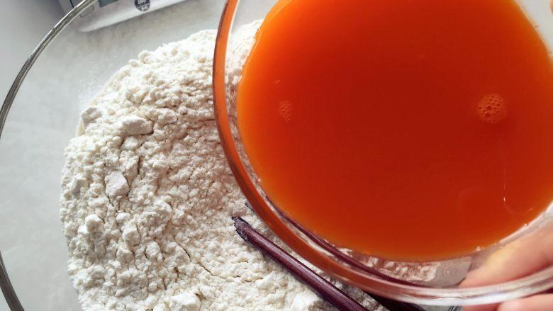 缤纷手工营养面-让宝贝快乐成长的健康辅食,取500g面粉,加入160g胡萝卜汁