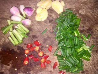 酒蒸蛤蜊,将葱、辣椒切碎,蒜头拍开