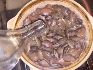 酒蒸蛤蜊,煮至沸腾,加入日本烧酒。