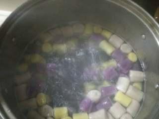 番薯芋圆奶茶捞,准备两锅水(一冷一热),水开放入芋圆,等水再次开时加一点冷水(如此反复三次即可捞出放入冷水锅里浸泡冷却)