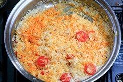 西班牙海鲜饭 ,倒入<a style='color:red;display:inline-block;' href='/shicai/ 59/'>番茄</a>片、倒入番红花水和汤