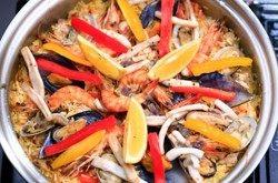西班牙海鲜饭 ,开盖后加些黑胡椒碎、加入彩椒条、鲜<a style='color:red;display:inline-block;' href='/shicai/ 595/'>柠檬</a>汁就可以了