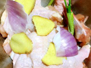 照烧鸡腿,第二步:葱姜拍扁,切断,加料酒,少许盐,白胡椒抓匀,腌制6分钟。