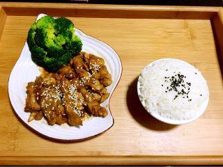 照烧鸡腿,第十步:盛出装盘,撒上白芝麻。配上西兰花,白米饭。即可。