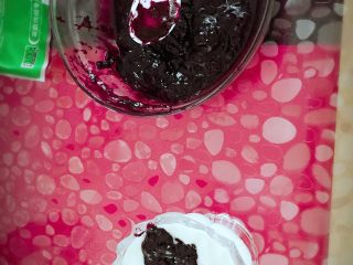酸奶(别名:浪漫沙滩),我自制的蓝莓果酱略稠一些,不过味道还是不错的赞一个哈哈,取出一勺放到酸奶中间