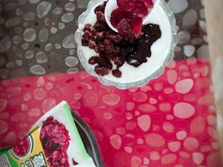 酸奶(别名:浪漫沙滩),蔓越莓干取出一勺,由于蔓越莓干偏甜我们就不要放太多,几颗就好
