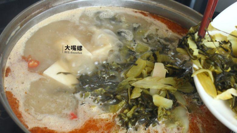 特色螺蛳斑鱼锅丨大嘴螺,待鱼汤沸腾后放入之前沥干水的酸菜