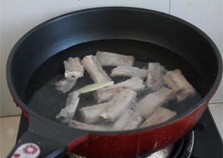 最易上手最省油的糖醋排骨做法——糖醋排骨,水开煮3分钟左右,焯去血水杂质,然后捞出。