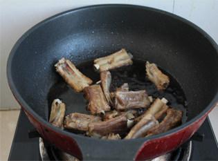 最易上手最省油的糖醋排骨做法——糖醋排骨,倒入调好的糖醋汁。