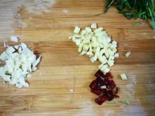 花蛤炖茄子,葱姜蒜干辣椒切末备用。