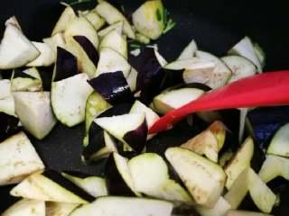 花蛤炖茄子,接着下茄子块翻炒。