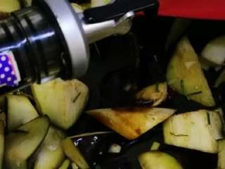 花蛤炖茄子,加入适量生抽翻炒。