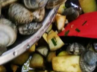 花蛤炖茄子,茄子有点软后马上倒入花蛤。