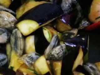花蛤炖茄子,不用加水,加盖焖煮。