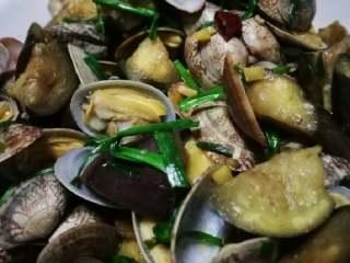 花蛤炖茄子,出锅装盘,可以再加点香菜。韭菜的加入使这道菜更鲜香美味。