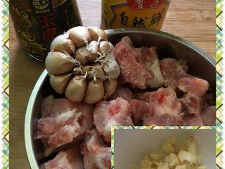 #蒜香排骨#,材料准备好,排骨洗净备用,蒜瓣去皮剁块。
