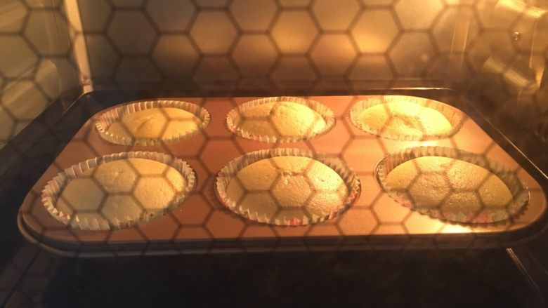 纸杯酸奶蛋糕,烤箱温度我用了上150,下130。中层...时间18-20分钟..这个可以根据自己家的烤箱自行斟酌的~