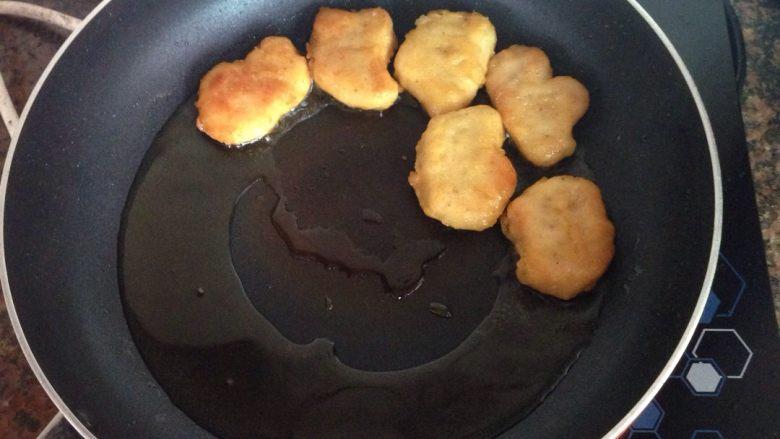 简易汉堡包,原味鸡块无需解冻,直接放入油锅中炸熟,大概需要6-7分钟左右,看火力大小,炸至金黄色即可