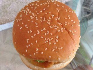 简易汉堡包,再在生菜上挤入适量沙拉酱,然后盖上面包顶胚即可