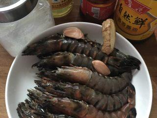 #年夜饭#酱爆鲜虾,材料准备好,将虾洗净,剪去须足滤干水分备用。