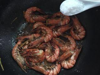 #年夜饭#酱爆鲜虾,放入酱油翻炒均匀,加入适量的盐和两勺白糖调味炒匀。
