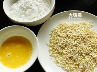 劲脆特制炸鸡翅丨大嘴螺,准备好鸡蛋液、玉米淀粉还有方便面碎末