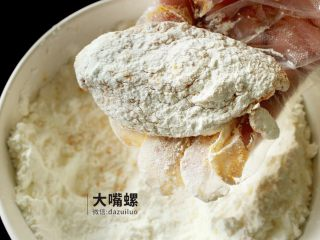 劲脆特制炸鸡翅丨大嘴螺,一般炸鸡都是三步走,第一步将腌制好的鸡翅均匀裹上淀粉,压一压