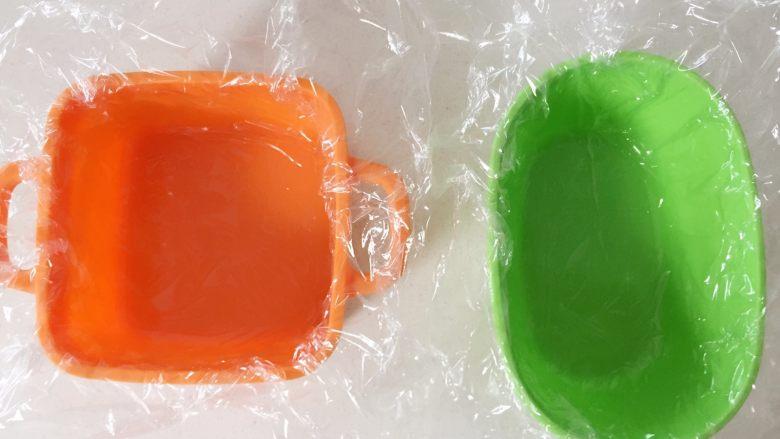 鸡肉蔬菜魔方,准备蒸碗,家里如果有耐高温的微波炉保鲜膜,可以垫一层,如果没有,也可以不垫,但最好要加个盖子,不然水蒸汽进入太多,最后成品软踏踏的。 》加保鲜膜作用:一是蒸完后更容易脱模,二是上面盖上保鲜膜,大量水蒸汽不会进入,这样才能较好的凝固切块。