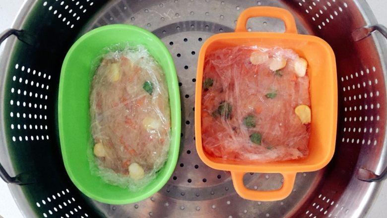 鸡肉蔬菜魔方,松松的盖上保鲜膜,然后放入蒸锅蒸,水开后20分钟左右,可以再焖几分钟取出。 》小芽的厚度差不多1.5cm就可以了,太厚或太薄大家需要调整蒸的时间。