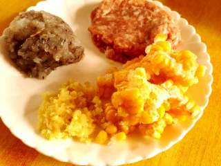 韭菜虾仁猪肉饺,韭菜和姜切成菜末,五花肉剁成肉馅,虾切成虾粒备用